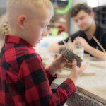 dzieci rzeźbiące