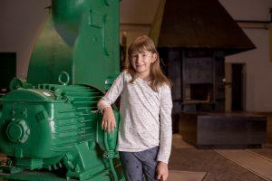 dziewczynka przy maszynie