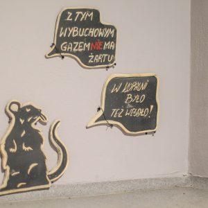 mysz i napisy na ścianie