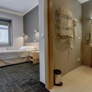 pokój i łazienka