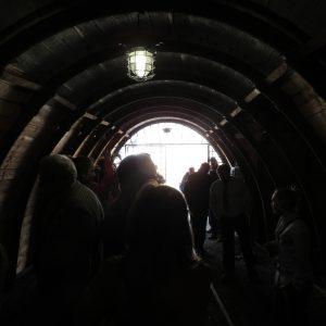 ludzie w tunelu