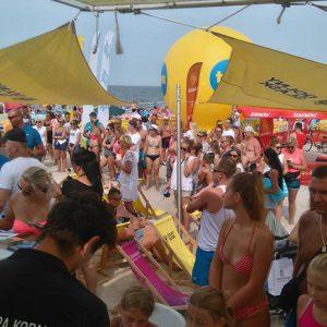 tłum ludzi przy stoisku na plaży