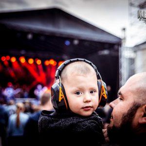 dziecko ze słuchawkami