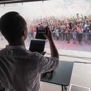 mężczyzna nagrywający tłum