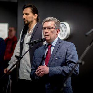 mężczyzna mówiący do mikrofonu
