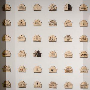 wystawa na ścianie
