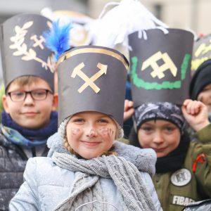 dzieci w czapkach górników