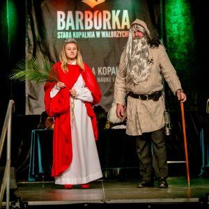 dwoje ludzie na scenie