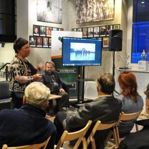 kobieta omawia obrazek na ekranie
